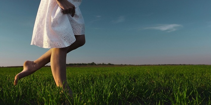walking barefoot can cure old pains1